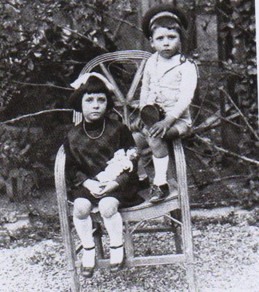 Àngeles i Rafael Santos Torroella, al jardí de la casa familiar de Portbou, 1916.