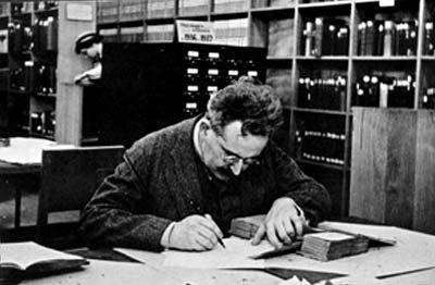 Walter Benjamin a la Bibliothèque Nationale de Paris, treballant en Passagenwerke.
